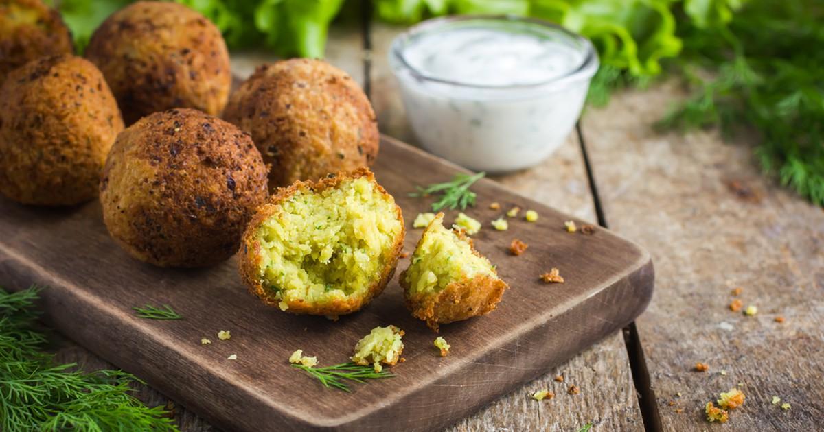 Фото Фалафель - блюдо арабской кухни, которое готовится из отварного нута, свежей зелени и специй. Легко приготовить дома!