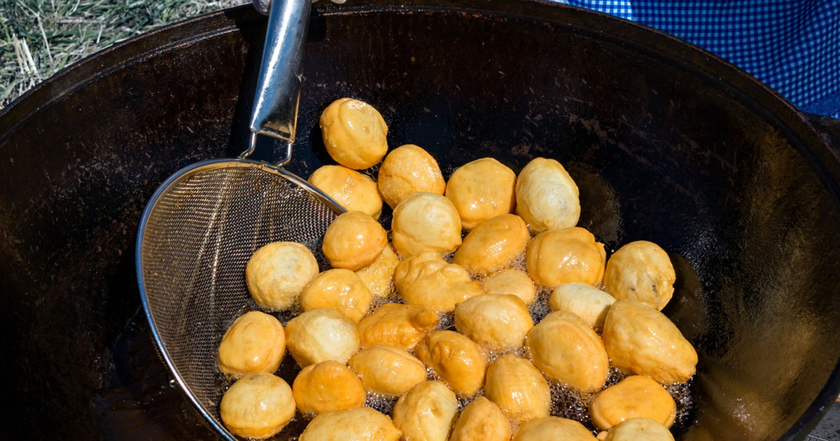 Фото Баурсаки – небольшие пончики, жаренные во фритюре в казане.