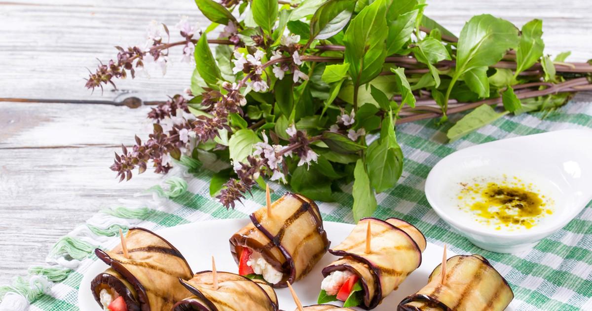 Фото Нежные рулетики из баклажана с сыром фета и помидорами