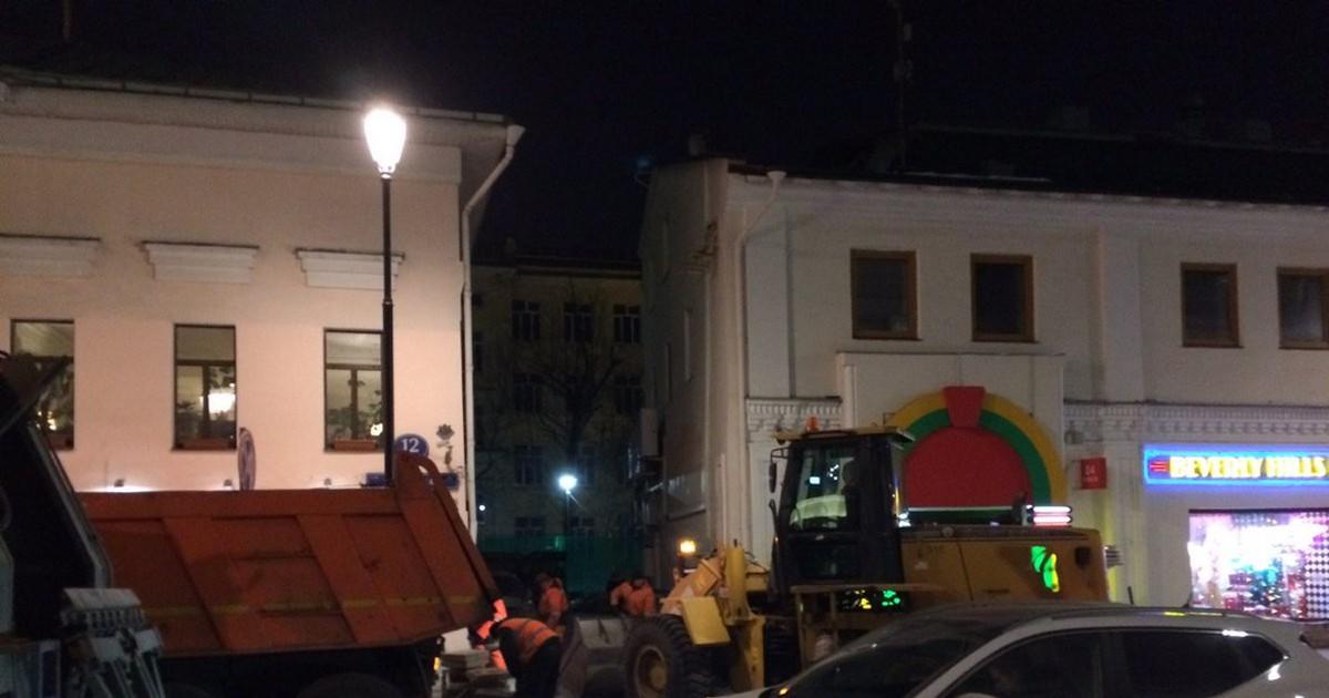 Фото Фото: Arkadiy Gershman  Два года стояла Покровка разваленной и разбитой. Стоило написать пост, как на неё пригнали лучших московских гастарбайтеров, чтобы срочно переложить плитку. Конечно, ремонт