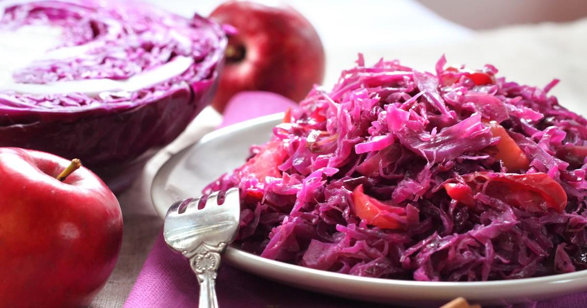 Фото Гарнир из красной капусты с яблоками и изюмом