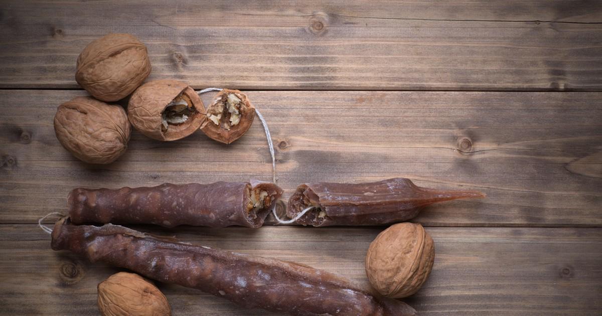 Фото Чурчхела - вкусное и полезное лакомство из орехов и сока. Рецепт чучхелы - неожиданно прост и демократичен.
