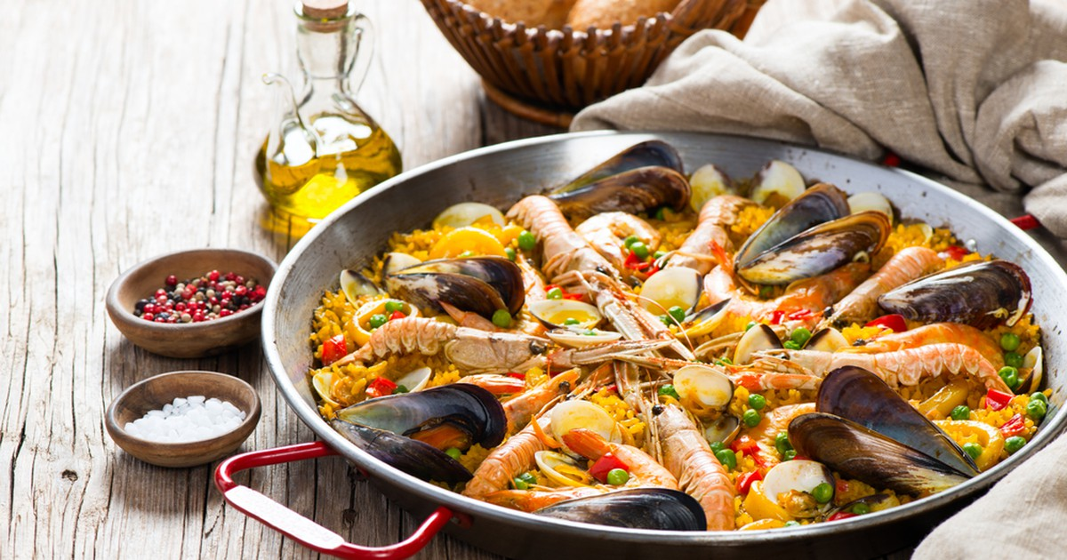 Фото Испанцы утверждают, что истинную паэлью можно приготовить только на живом огне, под звук кастаньетов, а повар должен быть чистокровный испанский мачо, ведь изначально только мужчинам доверяли готовить это национальное блюдо. Но, как показывает не и