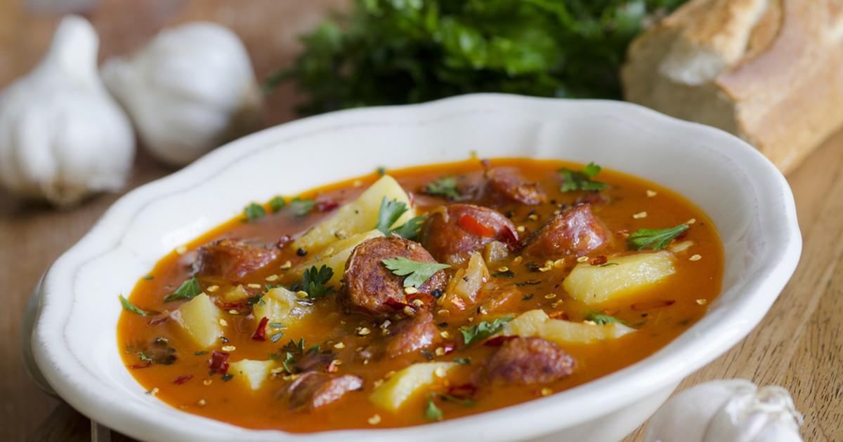 Фото Острый испанский суп с колбасками