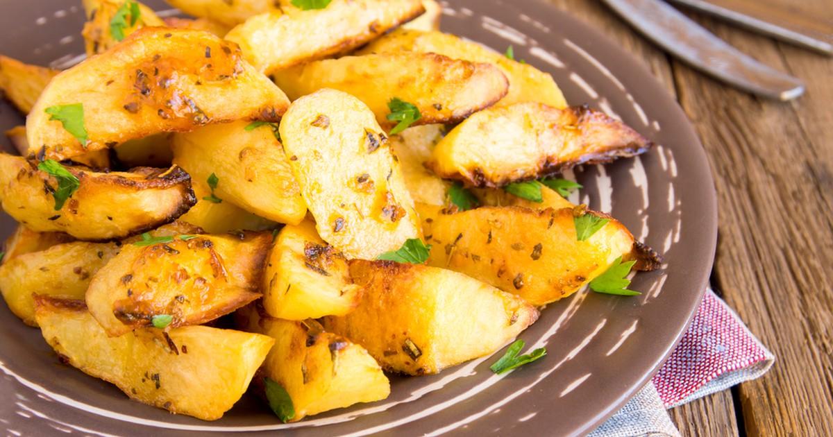 Фото Запеченный картофель с приправами и зеленью