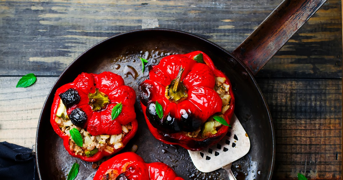 Фото Обычно фаршированные перцы тушат, мы же предлагаем приготовить их в духовке и разнообразить перловкой и грибами