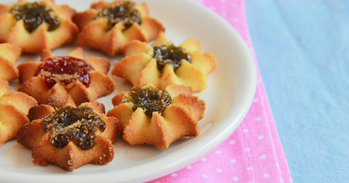Фото Курабье — это восточная сладость, получившая большую популярность. Это очень рассыпчатое и невероятно вкусное печенье с джемом, которое полюбят ваши близкие. Обязательно попробуйте!