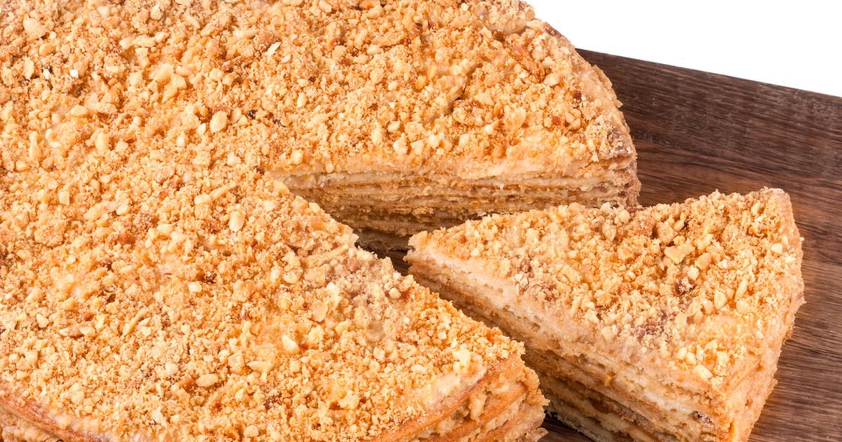 Фото Представляем вам вкусный и несложный в приготовлении Наполеон! Этот тортик обязательно напомнит вам о вашем беззаботном детстве. А вкусные коржи, пропитанные нежным кремом, создадут уют в вашем доме и соберут за столом всю семью.