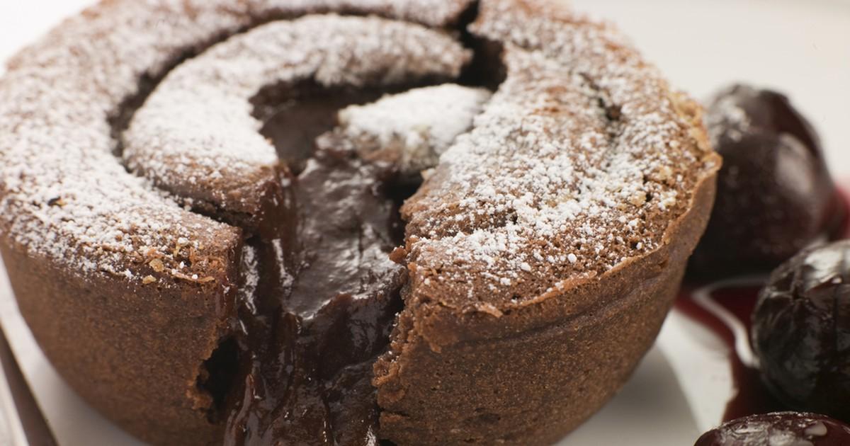 Фото Фондан - мечта всех любителей шоколада: нежный пористый теплый кекс снаружи и горячий жидкий шоколад внутри! И главное: мечта очень легко сбывается при наличии 5 доступных ингредиентов и 20 минут свободного времени;)
