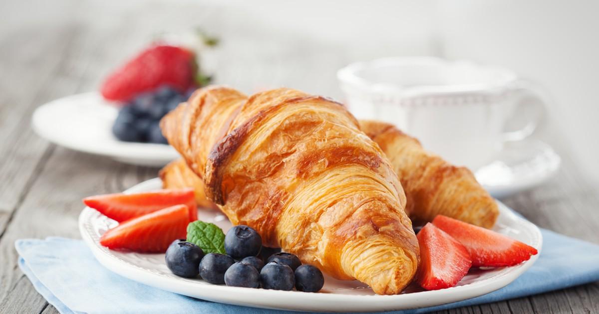 Фото Круассаны на завтрак – это классика. Что может быть вкуснее свежего горячего воздушного круассана? Предлагаем вам рецепт классических круассанов.