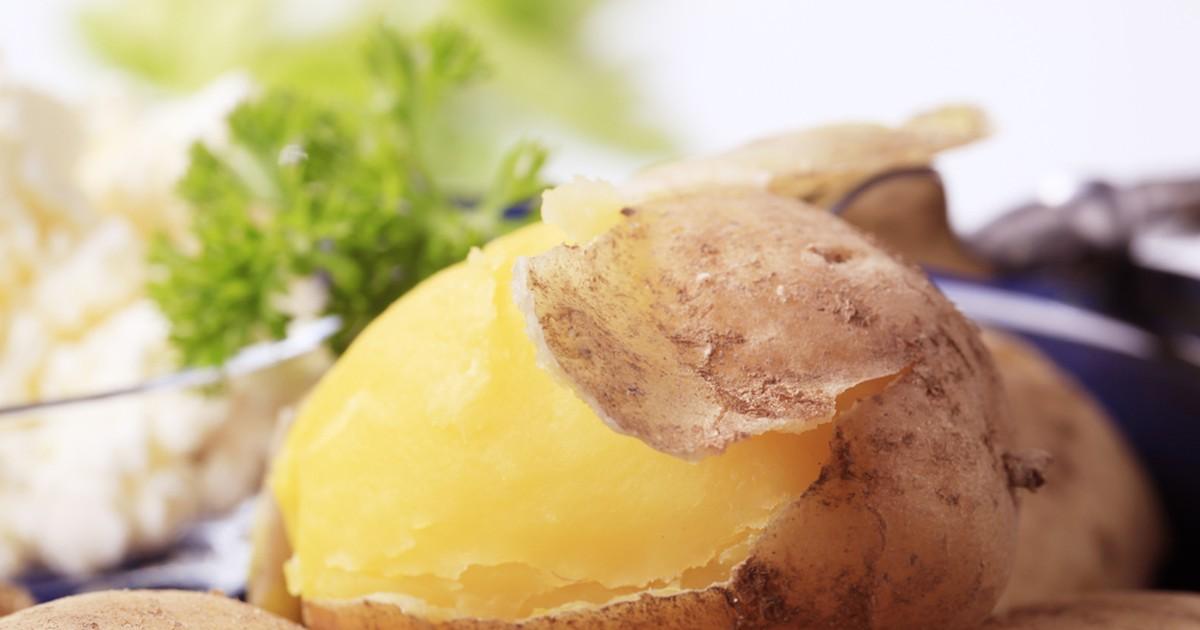 Фото Оказывается, испечь картофель можно дома в самой обыкновенной кастрюле. Для этого, картофель нужно особым образом отварить! Варить его мы будет в растворе соли высокой концентрации, но не беспокойтесь, готовый картофель не только не будет пересолен,