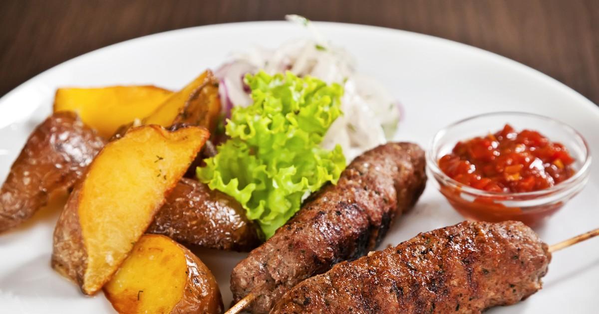 Фото Люля-кебаб можно назвать шашлыком из фарша. Предлагаем приготовить вкусный, сочный люля-кебаб из свинины.