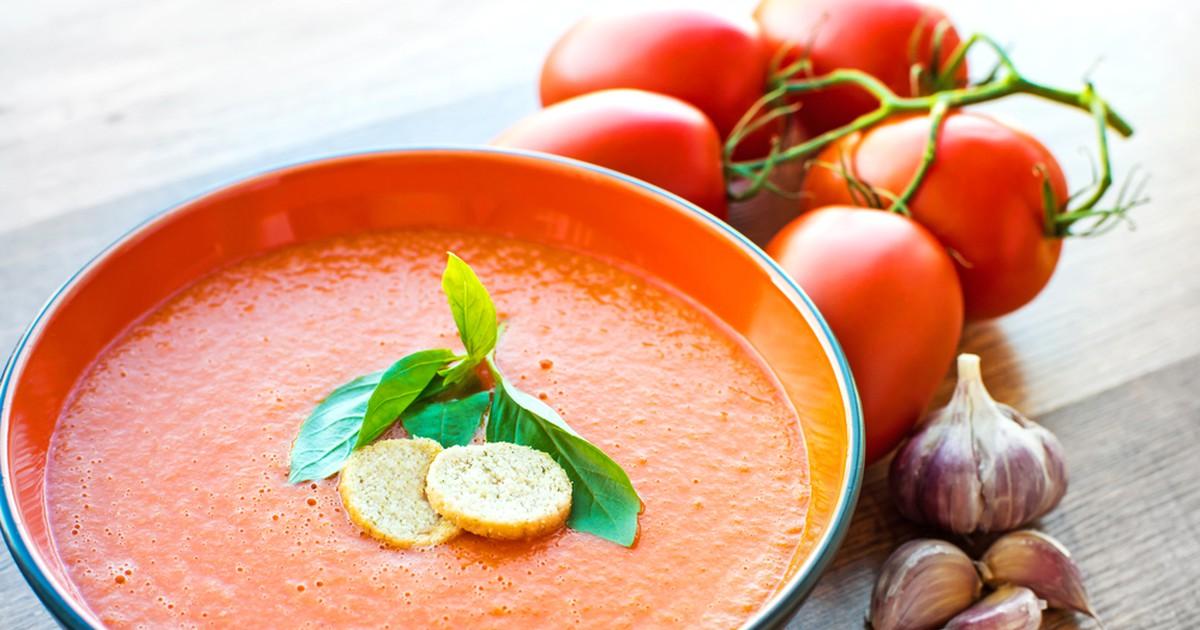 Фото Холодный суп гаспачо - это потрясающе красивое и вкусное сочетание спелых помидор, сладкого и острого перцев, ярких огурцов и оливкового масла.