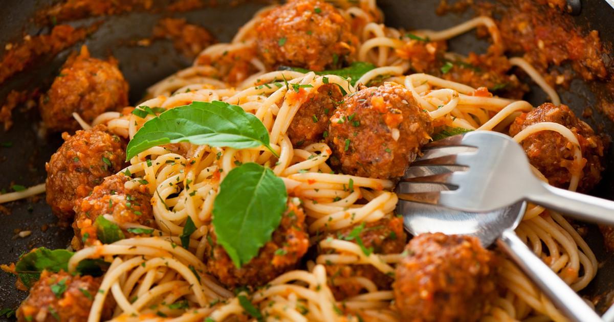 Фото Спагетти с мясными шариками в томатном соусе