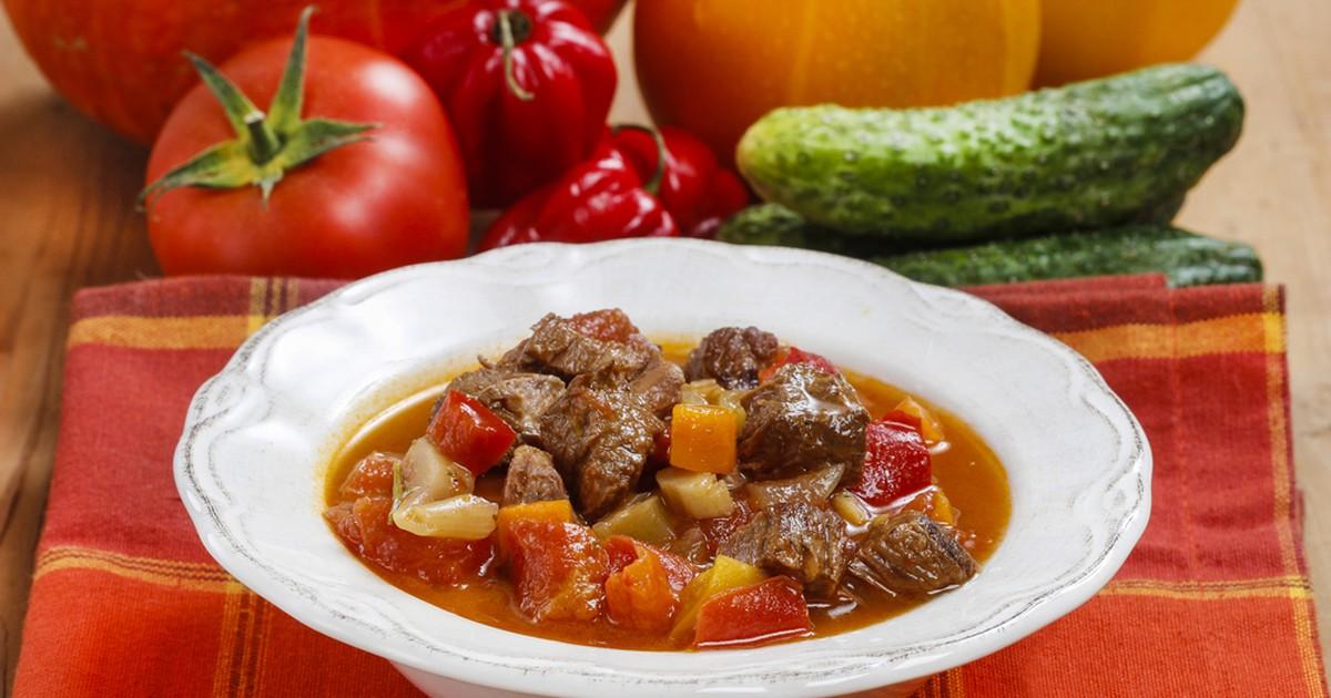 Фото Гуляш по-венгерски —  это густой сытный суп, который может заменить и первое, и второе. А еще благодаря обилию специй венгерский суп-гуляш славится своим свойством противостоять любым простудным вирусным заболеваниям!
