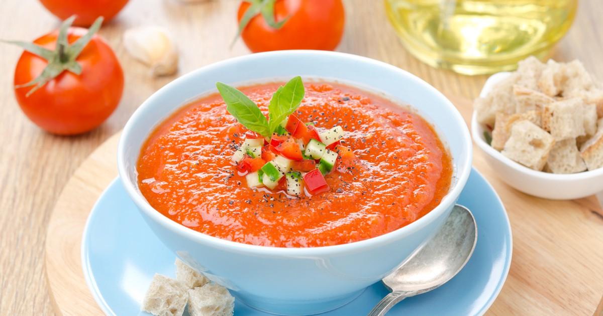 Фото Гаспачо, суп испанского происхождения, занял прочное место в списке холодных супов во всём мире. Для его приготовления используются только сырые ингредиенты