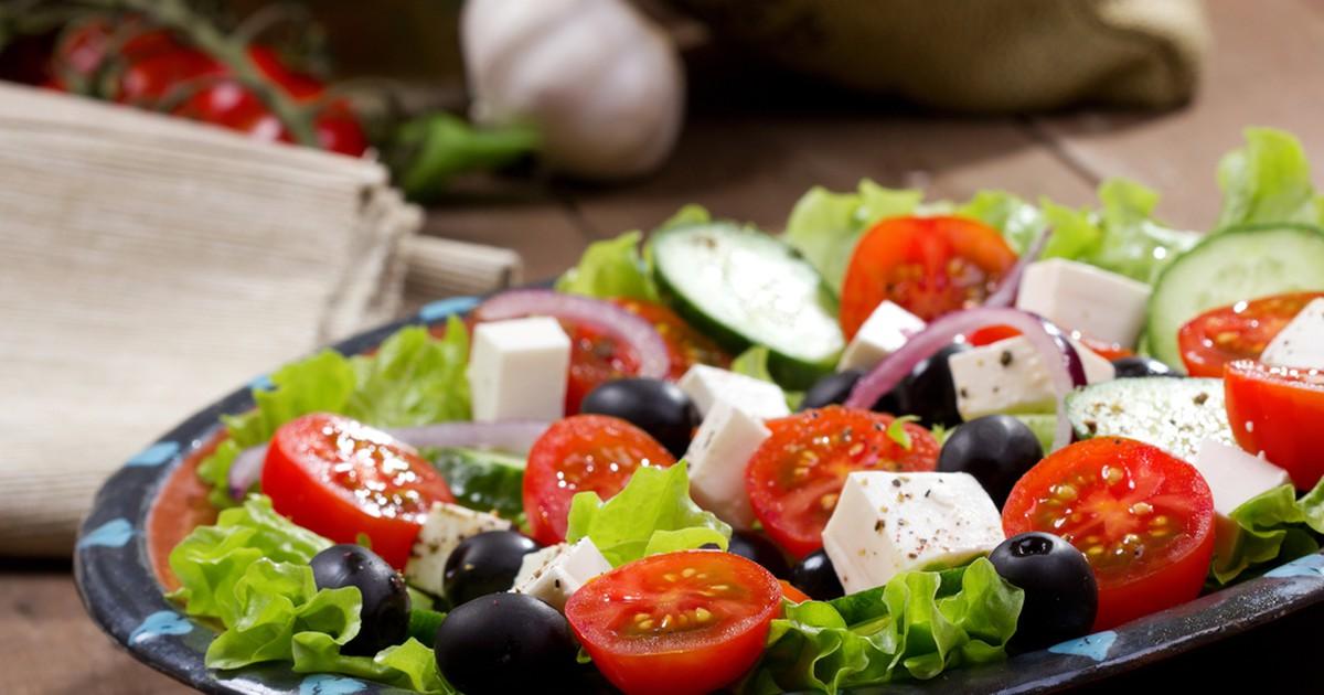 Фото Греческий салат завоевал у нас в стране и по всеми миру большую любовь и популярность за простоту приготовления и отменный вкус.