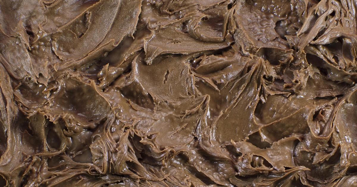 Фото Сливочное шоколадное масло идеально подойдет для приготовления сладких бутербродов, десертов и выпечки. Кроме этого, такое масло еще и удобно хранить в холодильнике.