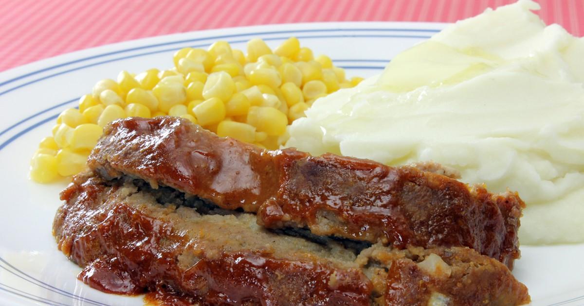 Фото Мясной хлеб (или митлоф) — прекрасная альтернатива колбасе и привычным котлетам. Большой кусок запеченного фарша можно подавать горячим с гарниром или холодным на бутербродах.