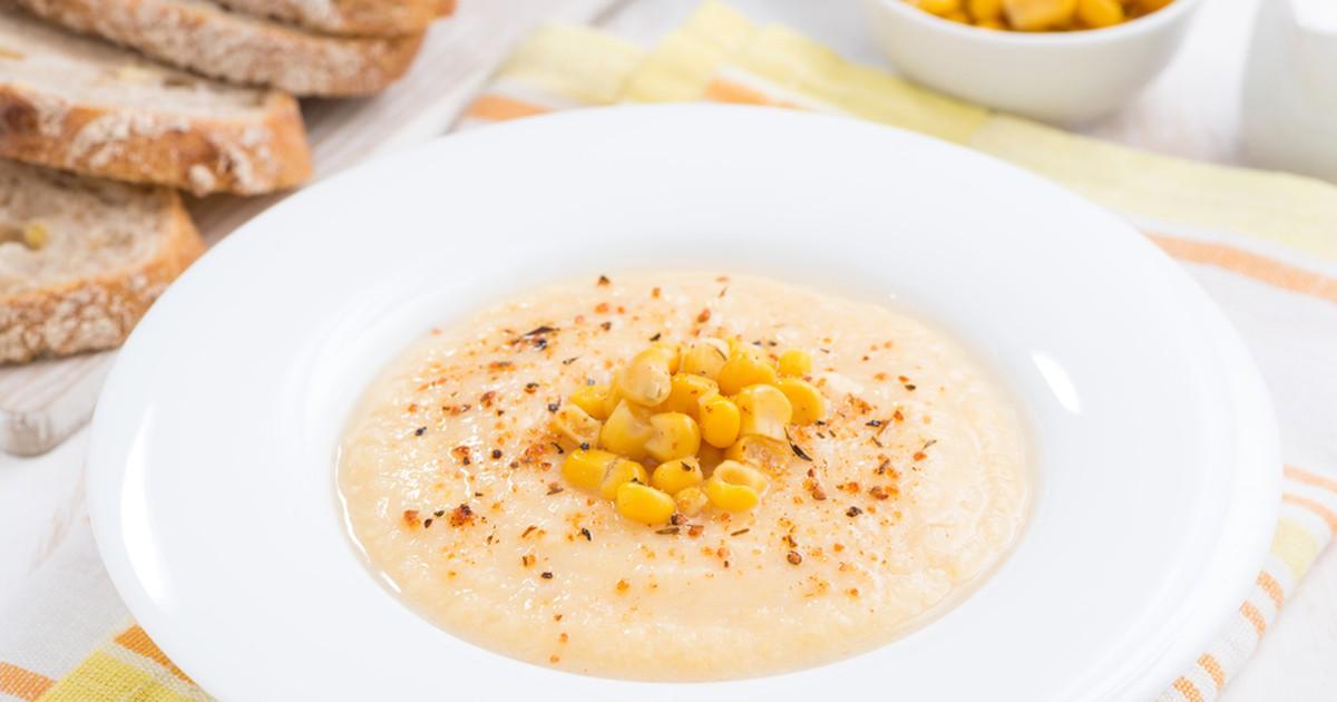 Фото Баночка консервированной кукурузы найдется практически в любом холодильнике. Обычно её добавляют в салаты, мы же предлагаем приготовить легкий (во всех смыслах этого слова) кукурузный суп.