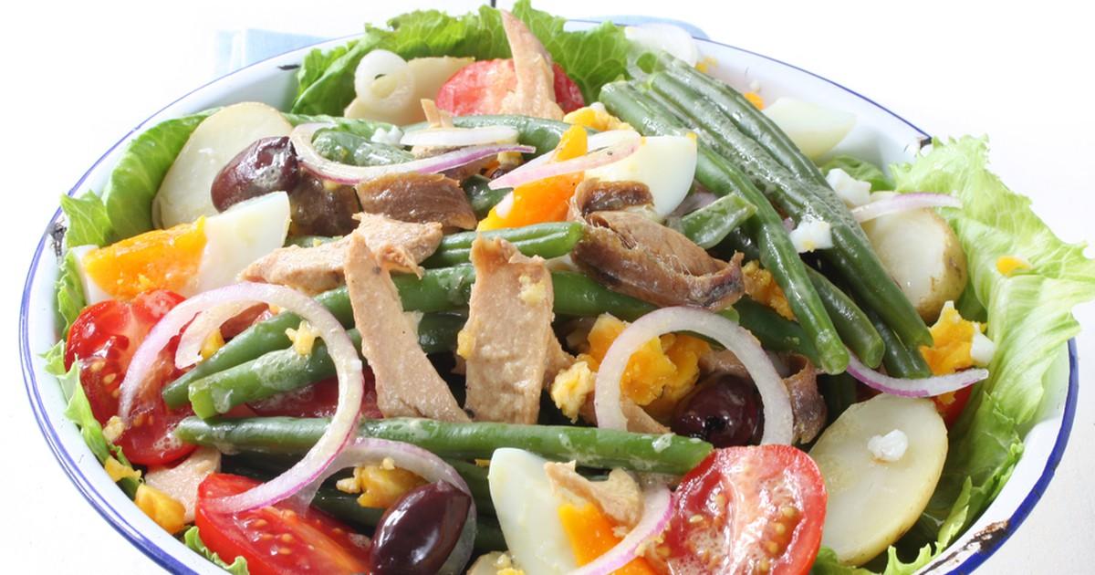 Фото Салат Нисуаз (niçoise - из города Ницца) – традиционное блюдо прованской кухни. Идеален для тех, кто хочет сытно, но диетично поесть. В салате много белка, клетчатки - он отлично подходит для легкого перекуса или ужина в преддверии пляжного сезона.