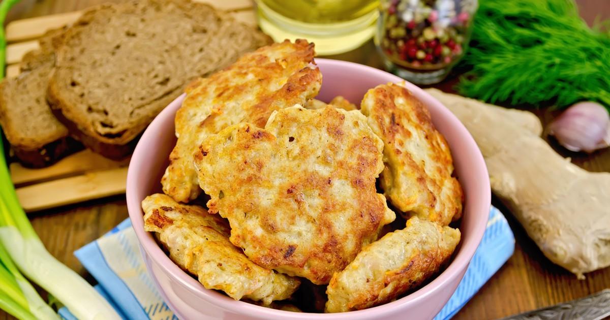 Фото Для настоящих любителей мяса предлагаем  рецепт нежных куриных оладий! Очень нежные, вкусные и сочные, они гораздо пышнее котлет, быстро готовятся и легко съедаются!
