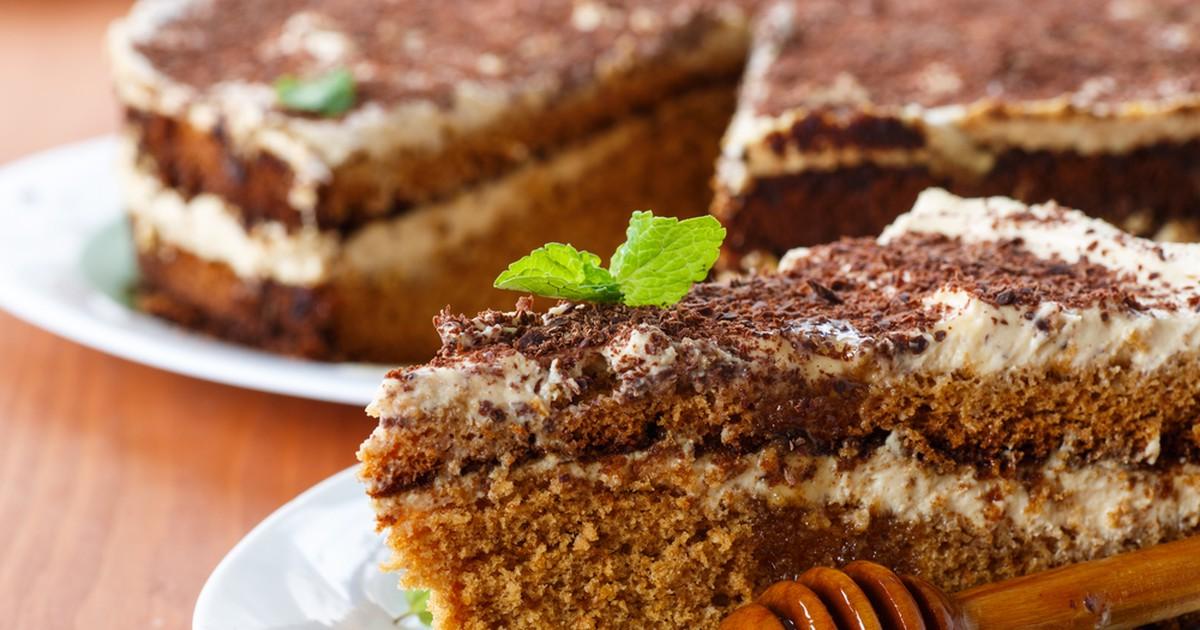 Фото Вкусный, нежный, пышный и совсем не приторный торт. Готовится быстро, получается мягким и пропитанным, с медовым ароматом.
