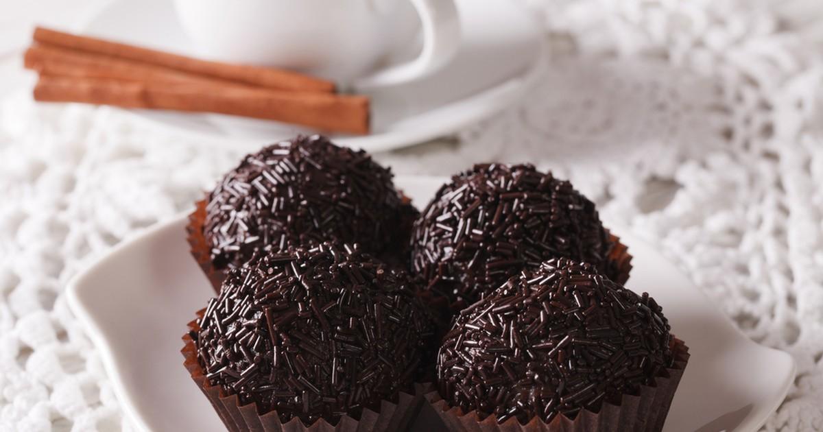 Фото Бригадейру - шоколадные конфеты бразильской кухни. Готовится бригадейру быстро, каких-то 10 минут и ваша сладость будет готова! Очень вкусные, напоминающие трюфели, мягенькие шарики несомненно понравятся деткам, этот десерт соберет за столом всю
