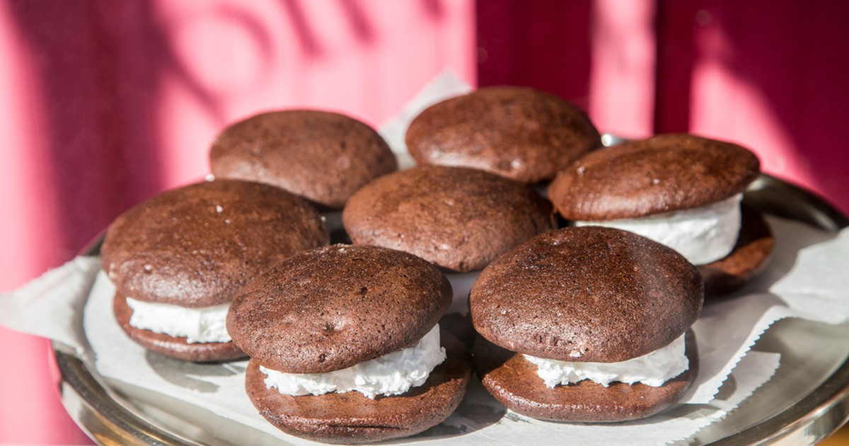 Фото Простое в приготовление пирожное с нежной сливочной прослойкой и за счет большого количества какао-порошка, шоколадным вкусом бисквита. Как только вы его приготовите - разойдется мгновенно, ведь оно очень вкусное!