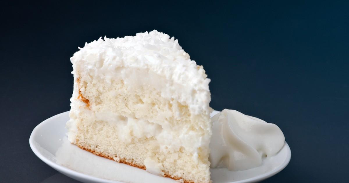 Фото Кокосовый торт - настоящее наслаждение для сладкоежек! Торт получается очень воздушным и красивым за счет кокосовой стружки, маршмеллоу и взбитых сливок. Нежный бисквит и тающий во рту крем из кокосового молока превратят ваше обычное чаепитие в