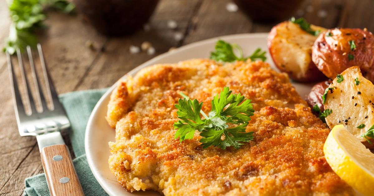Фото Простой рецепт нежной куриной грудки в красивой корочке панировочных сухарей. Мясо получается сочным за счет того, что готовится в своем соку. Как гарнир отлично подойдет картофельное пюре или макароны.