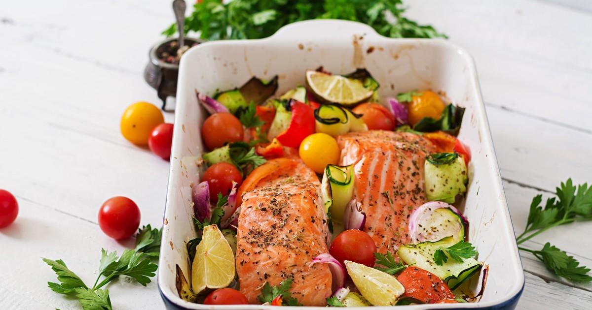 """Фото Освежающее, диетическое блюдо """"рыба по-бразильски"""" подойдет не только для повседневного ужина, но и для праздничного. Готовится оно из рыбного филе, выбранного на ваше усмотрение, с добавлением помидора, лайма и цукини."""