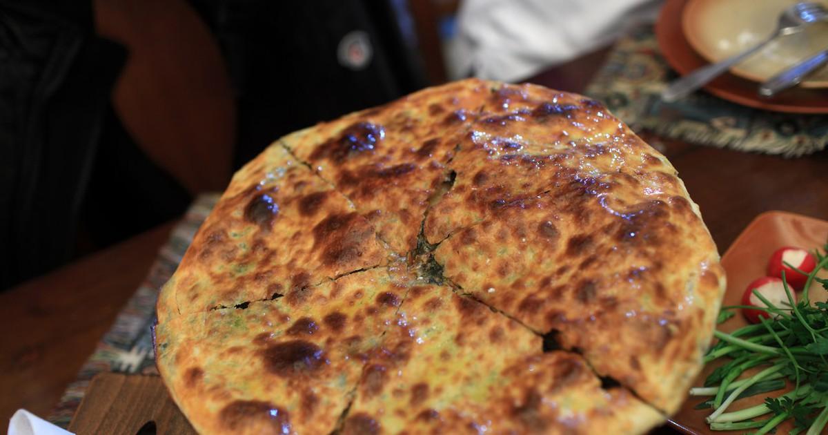 Фото Хачапури - очень вкусное лакомство, но готовить его достаточно трудоемкий процесс. Мы приготовили для вас рецепт на скорую руку, поэтому приготовление не займет много времени. Ароматное и сытное блюдо с нежной начинкой все ваши близкие сметут со в