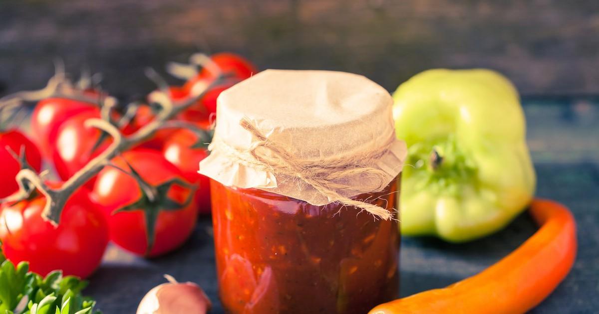 Фото Яблочная аджика - это необычный и новый вкус. Все пробовали аджику из помидоров, но вряд ли пробовали ее с добавлением яблок. Пикантный кисло-сладкий и нереально ароматный соус подойдет к любому мясу и птице!