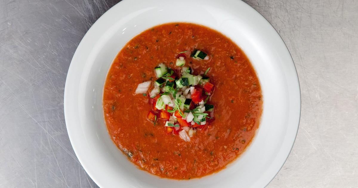 Фото Гаспачо - блюдо испанской кухни. Суп готовится на основе томатов и получается густой консистенции, подается холодным. Ароматный и с кислинкой гаспачо станет отличной альтернативой привычному борщу и внесет изысканные нотки в ваш традиционный рацион!