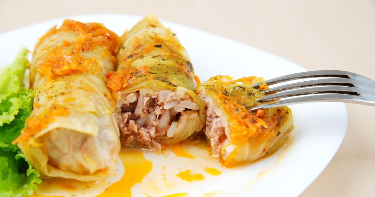 Фото Домашнее и уютное блюдо такое как голубцы, никогда не надоест. Микс говяжьего и свиного фарша, завернутый в капустный лист, политый вкусным сметанным соусом - идеальный домашний обед!