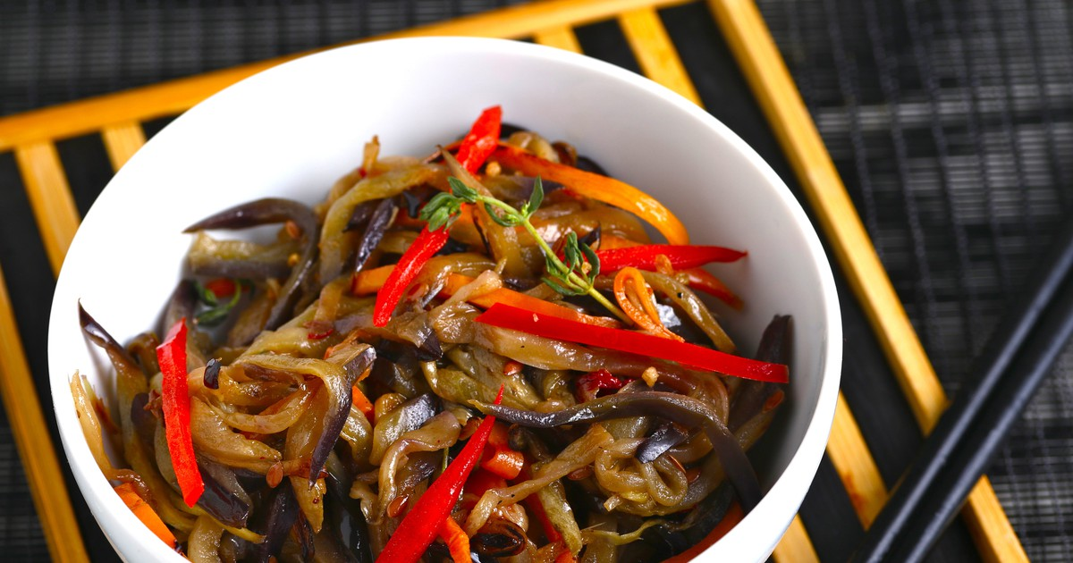 Фото Новый оригинальный рецепт приготовления нашего любимого баклажана: баклажаны в корейском стиле! Они получаются в меру острые, насыщенные и очень вкусные. Азиатский акцент получается неяркий, очень приятный - он отлично сочетается с овощами.