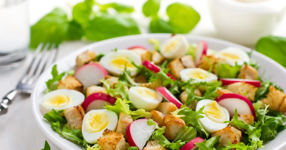 Фото Салат с курицей, редисом и перепелиными яйцами