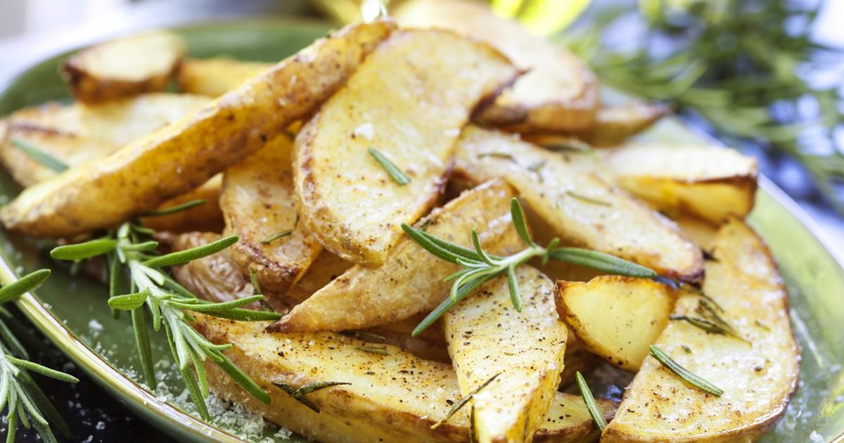 Фото Обычный запеченный картофель можно приготовить очень вкусно и оригинально благодаря особому замечательному сочетанию масел, лимонного сока и специй. Приготовив это блюдо, вы не откажитесь больше предложенного нами рецепта!