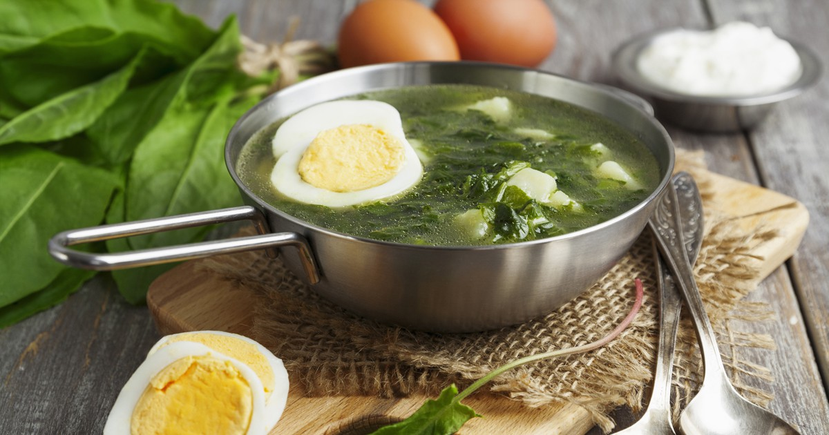 Фото Щавелевый суп - освежающее блюдо и, наверное, любимое всеми в весенне - летний период. Готовится этот суп на основе листьев щавеля которые имеют кисловатый вкус, подается как в холодном, так и в горячем виде. Наш рецепт - это быстрый способ идеально