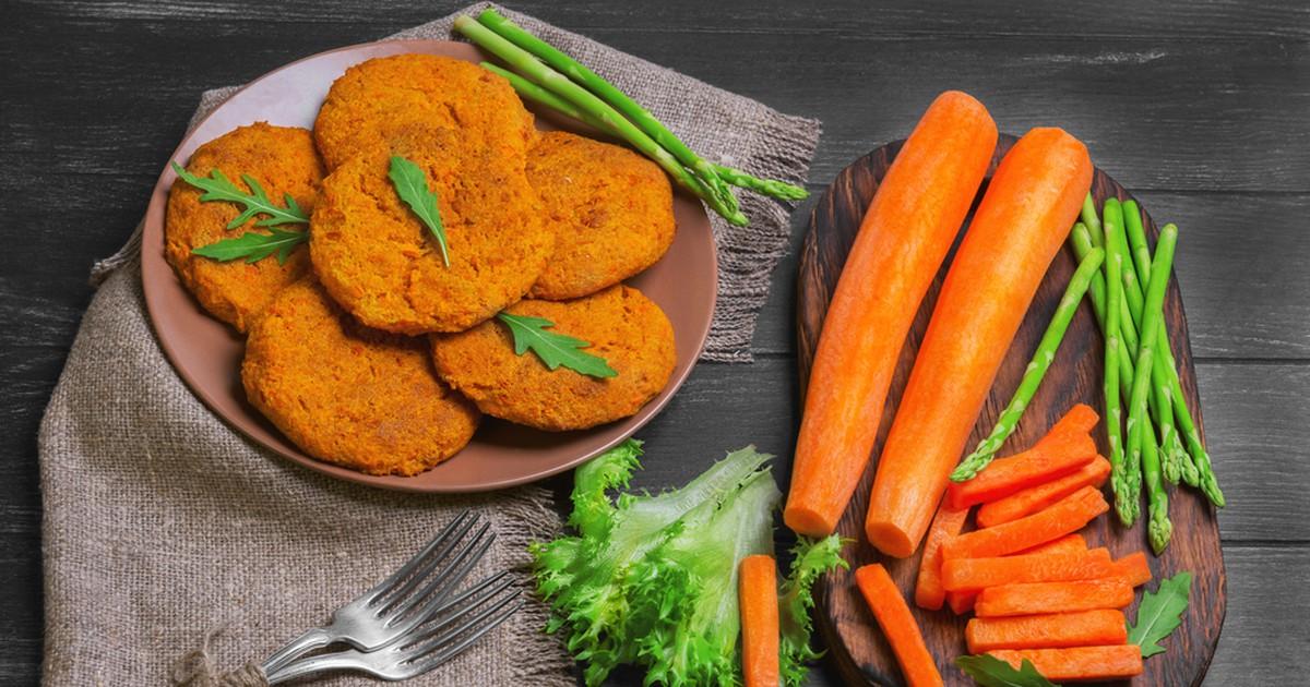 Фото Яркие, аппетитные и очень вкусные котлеты из моркови. Прекрасный вариант для ежедневного меню. Подойдут и для худеющих, и для вегетарианцев, и для маленьких детей, которые не всегда охотно едят такую полезную морковь. Приготовление не займет много