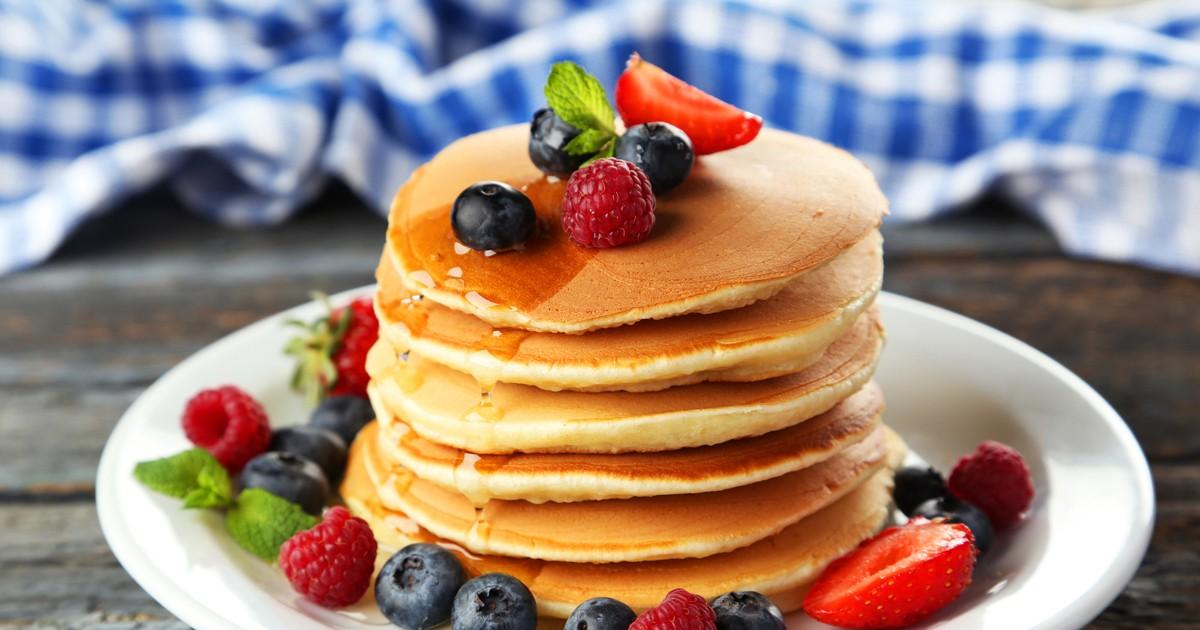 Фото Вкусные панкейки - это начало отличного утра. Попробуйте приготовить эти ароматные и пышные блинчики, украсьте их ягодами, какие найдете в холодильнике, полейте сиропом и наслаждайтесь!
