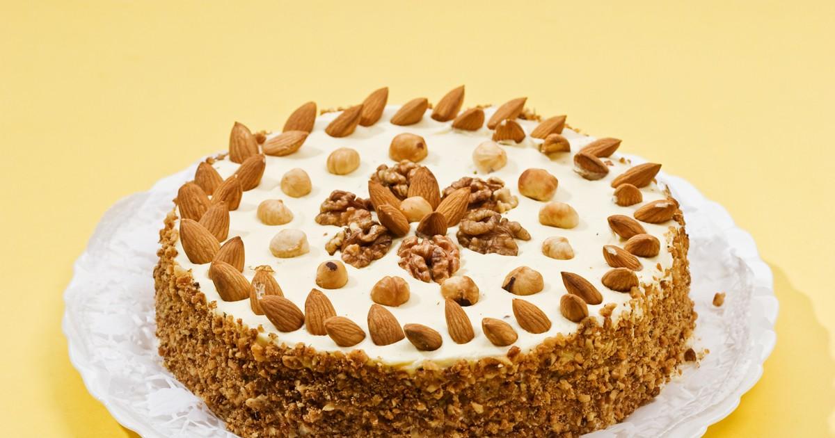 Фото Предлагаем вам приготовить простой, но очень вкусный тортик родом из детства, нам его готовили наши бабушки. Сметанник получается в меру сладким и сочным, он отлично подходит в качестве десерта под чай. А если декорировать этот торт орешками, он не