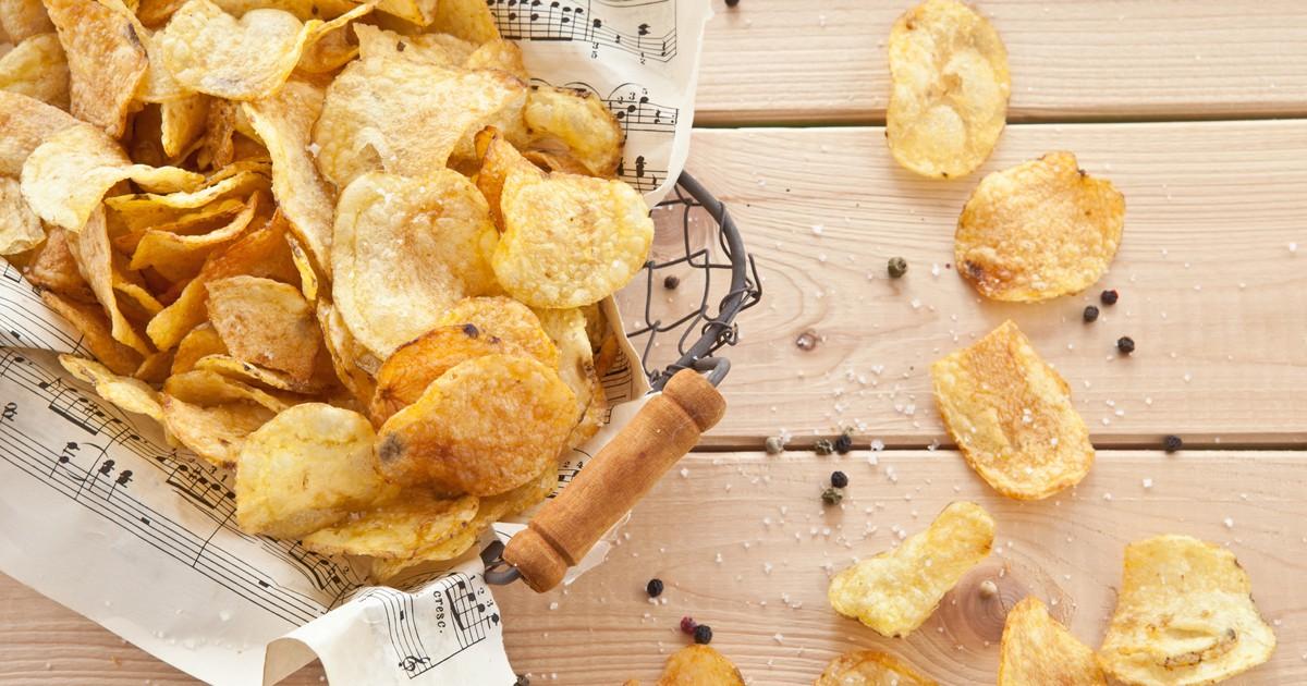 Фото Домашние чипсы получаются не только вкусными, но и безопасными для детского организма. Магазинные содержат множество вредной химии, а в этих чипсах все натурально и при этом вкус ничем не хуже покупных.
