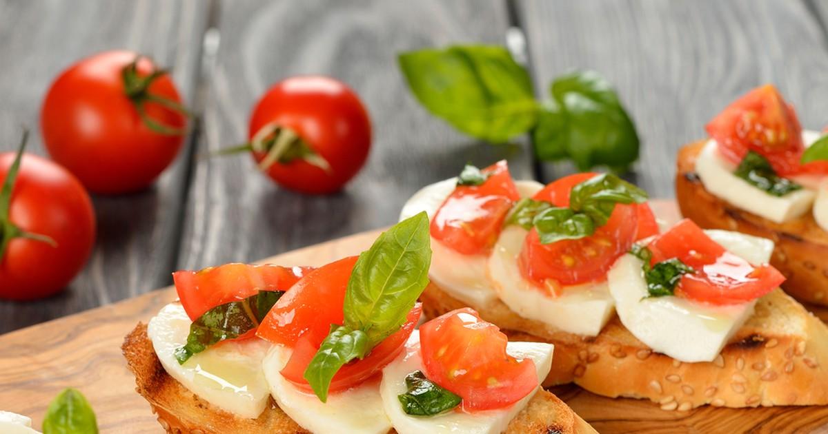 Фото Брускетта с помидорами и моцареллой