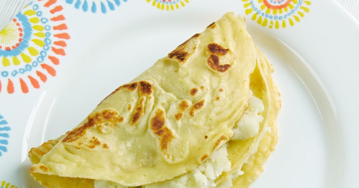 Фото Кыстыбый - старинное татарское блюдо, которое так просто готовится, что даже начинающие хозяйки справятся. Тесто готовится без дрожжей, поэтому очень быстро, а в качестве начинки мы подготовили для вас два варианта: нежное пюре и сливочная пшенка.