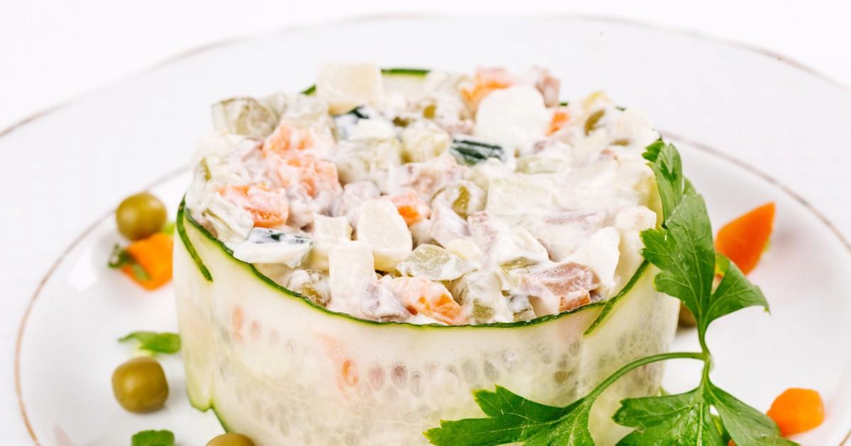 Фото Ну кто из нас не любит оливье? Чтобы приготовить этот легендарный салат не обязательно ждать нового года, а устроить праздник прямо сейчас! Рецептов оливье множество, мы хотим предложить свой, который считается классическим вариантом.