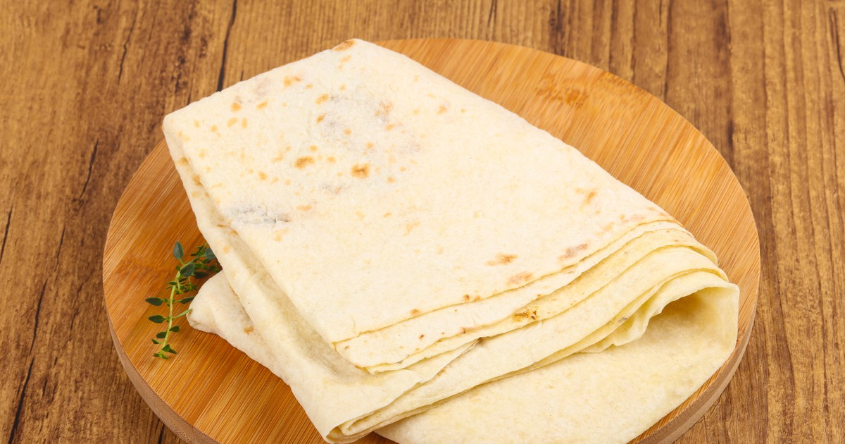 Фото Магазинный лаваш не всегда будет вкусным, свежим и мягким, иногда покупные - пресные, а вот домашний, сделанный своими руками, точно получится очень вкусным. Часто его используют вместо хлеба или в качестве закуски, он отлично пойдет под шашлык,
