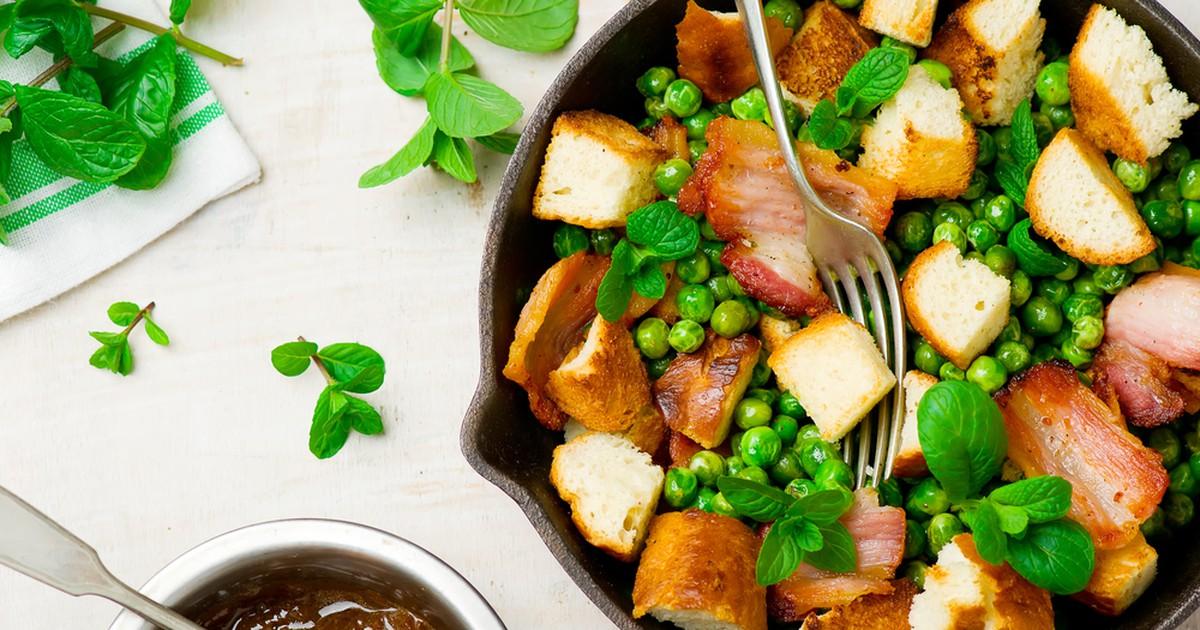 Фото Тёплый салат с копченой грудинкой и зеленым горошком