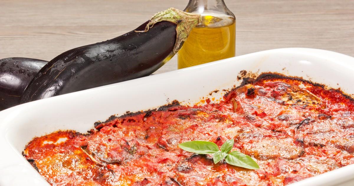 Фото Знаменитое блюдо севера Италии. Баклажаны, томатный соус, базилик и два вида сыра выглядят потрясающе и получаются очень вкусными. Готовить это блюдо просто, а подавать на стол можно качестве закуски, гарнира или самостоятельного блюда.